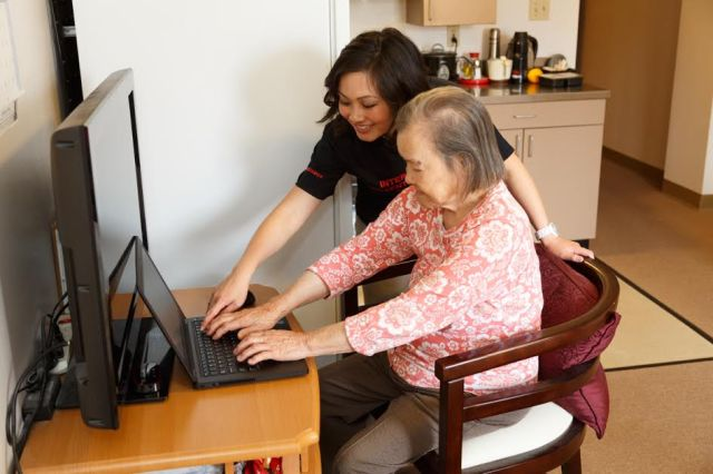 Clients at Lady Shaw Senior Center trying out Internet (Photo: David Magnusson)